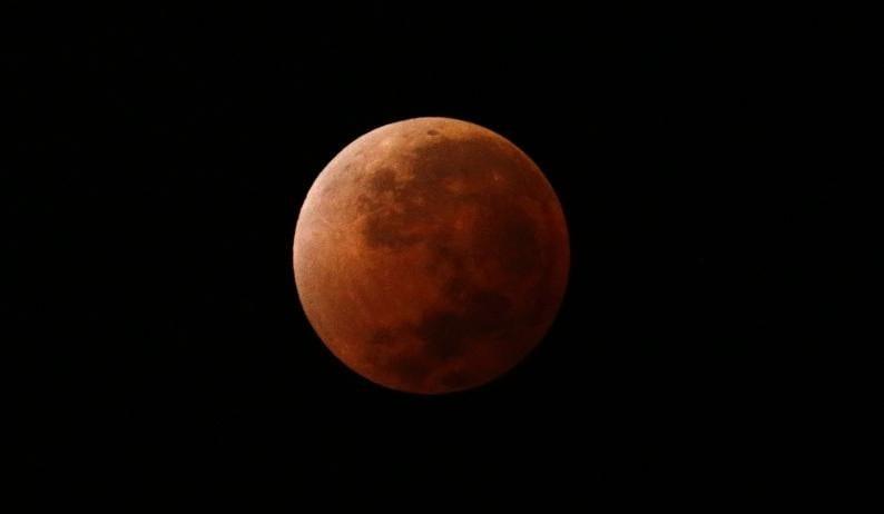 Eclissi-lunare-il-4-aprile-appuntamento-con-la-Luna-rossa-info-e-live-streaming