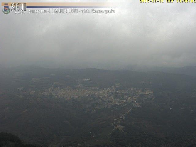 Nubi scure e minacciose si addensano sul Bruncuspina. Ecco una panoramica dal Monte Lusei di Seui (il centro abitato sullo sfondo). Fonte webcam seuimeteo.it