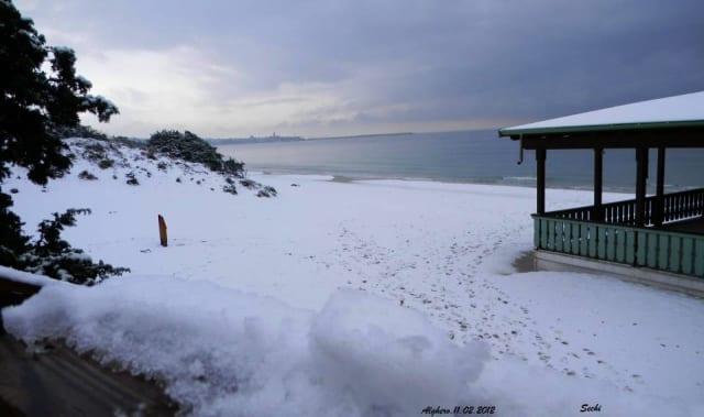 Neve sulla spiaggia di Alghero, un evento che succede ogni 30 anni circa e non la sigla normalità invernale.