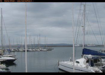 Uno scorcio del porto di Carloforte, oggi coperto dalle nuvole e in attesa della pioggia. Fonte marinesifredi.it/
