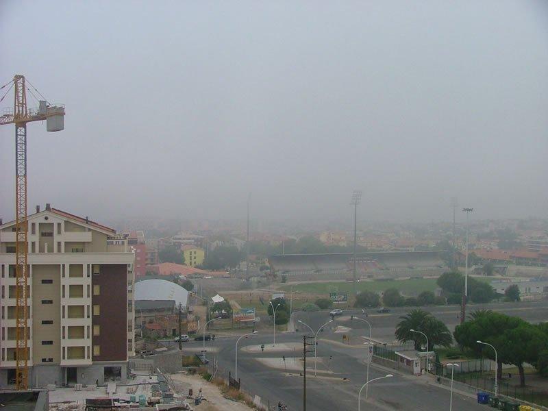 La nebbia invade i quartieri alti, non è fitta. In realtà è nebbia da sollevamento che diventa nube bassa.