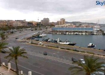 Una panoramica live su Via Roma e il porto di Cagliari. Fonte skylinewebcams.com