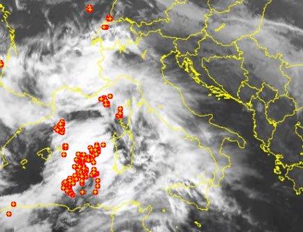 10 05 2016 22 43 03 - Grosso nucleo temporalesco si muove verso la Sardegna occidentale