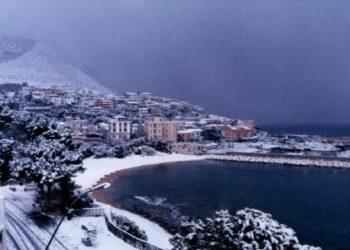 Cala Gonone sotto la nevicata di fine gennaio-inizio febbraio 1999. Ringraziamo Francesca Tangianu per averla condivisa.