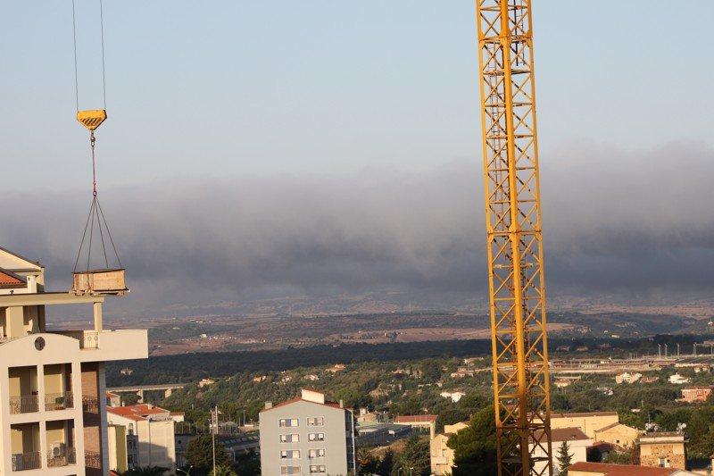 In questa immagine la nebbia non raggiunge Serra Secca, dopo aver toccato Li Punti e la zona Industriale, si solleva in nubi basse per poi dissolversi.