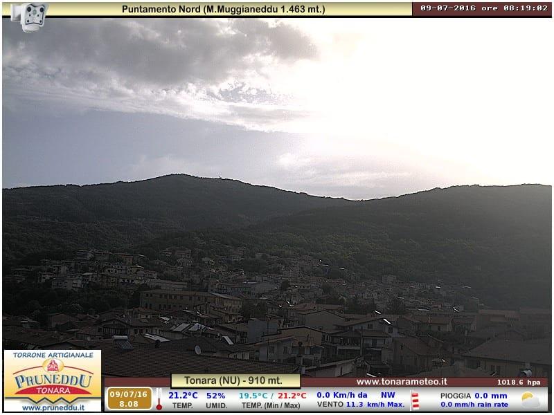 Tonara con il sole e qualche nube sottile. Oggi farà caldo anche quassù.