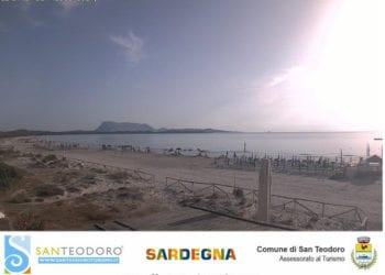San Teodoro, spiaggia ancora libera dai tanti che oggi andranno a prendere il sole e bagnarsi nel suo splendido mare.