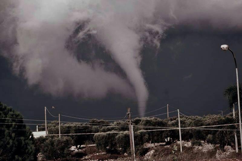 L'immagine non è di Platamona, bensì è una foto più recente ed è relativa alla provincia di Lecce. L'intento è quello di mostrare una tromba d'aria o marina con la sua classica forma. Fonte leccesette.it.