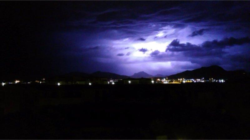 Temporale Olbia - Il temporale arriva su Olbia: cielo illuminato a giorno dal fulmine