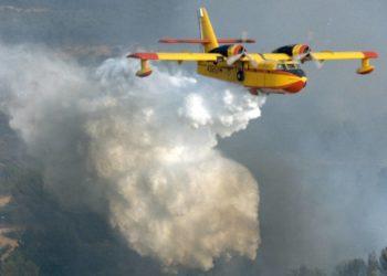 Canadair in azione per spegnere un incendio.