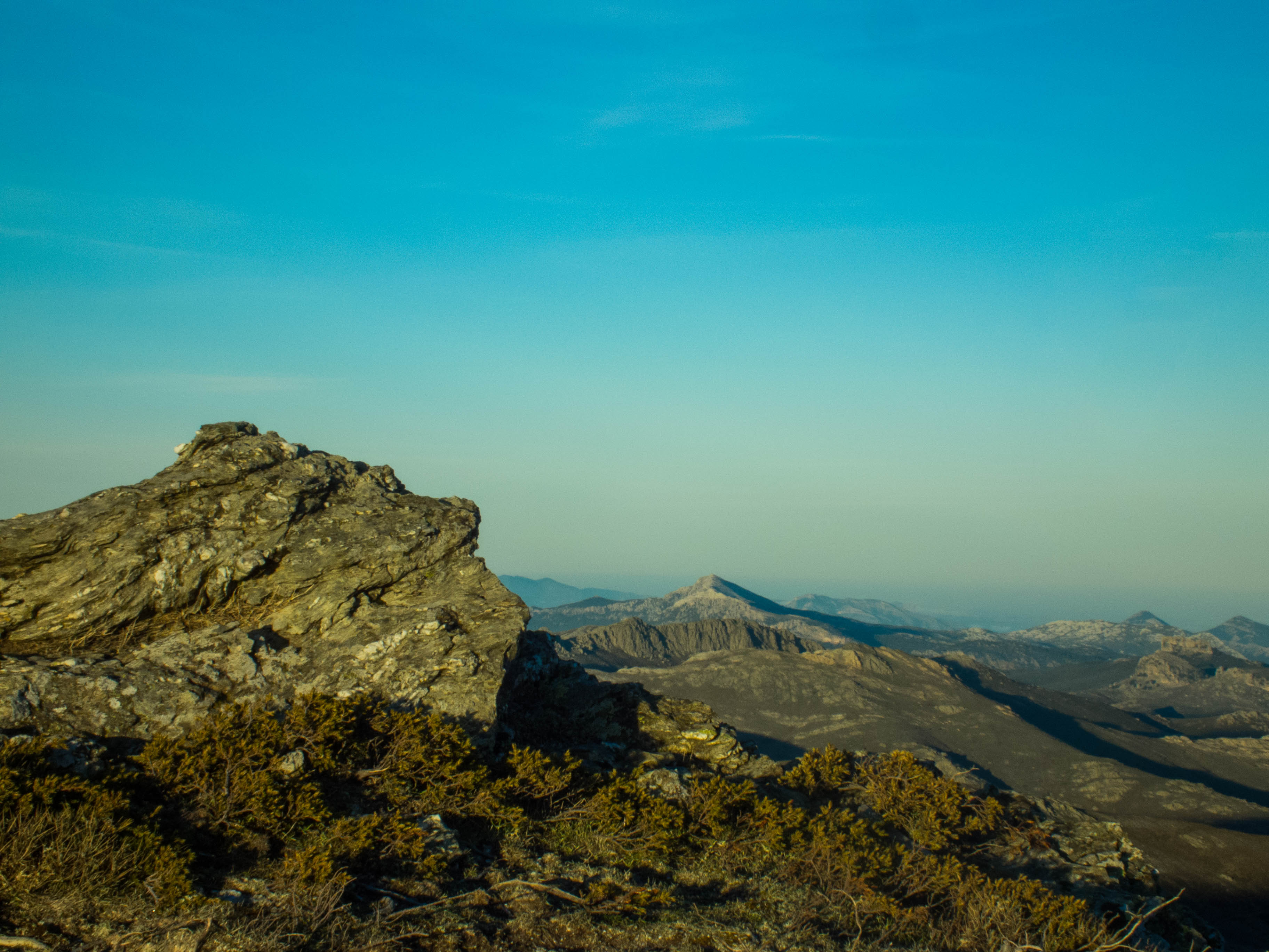 Un particolare del Corrasi e sulla destra si scorge il torrione calcareo di Monte Novo San Giovanni.