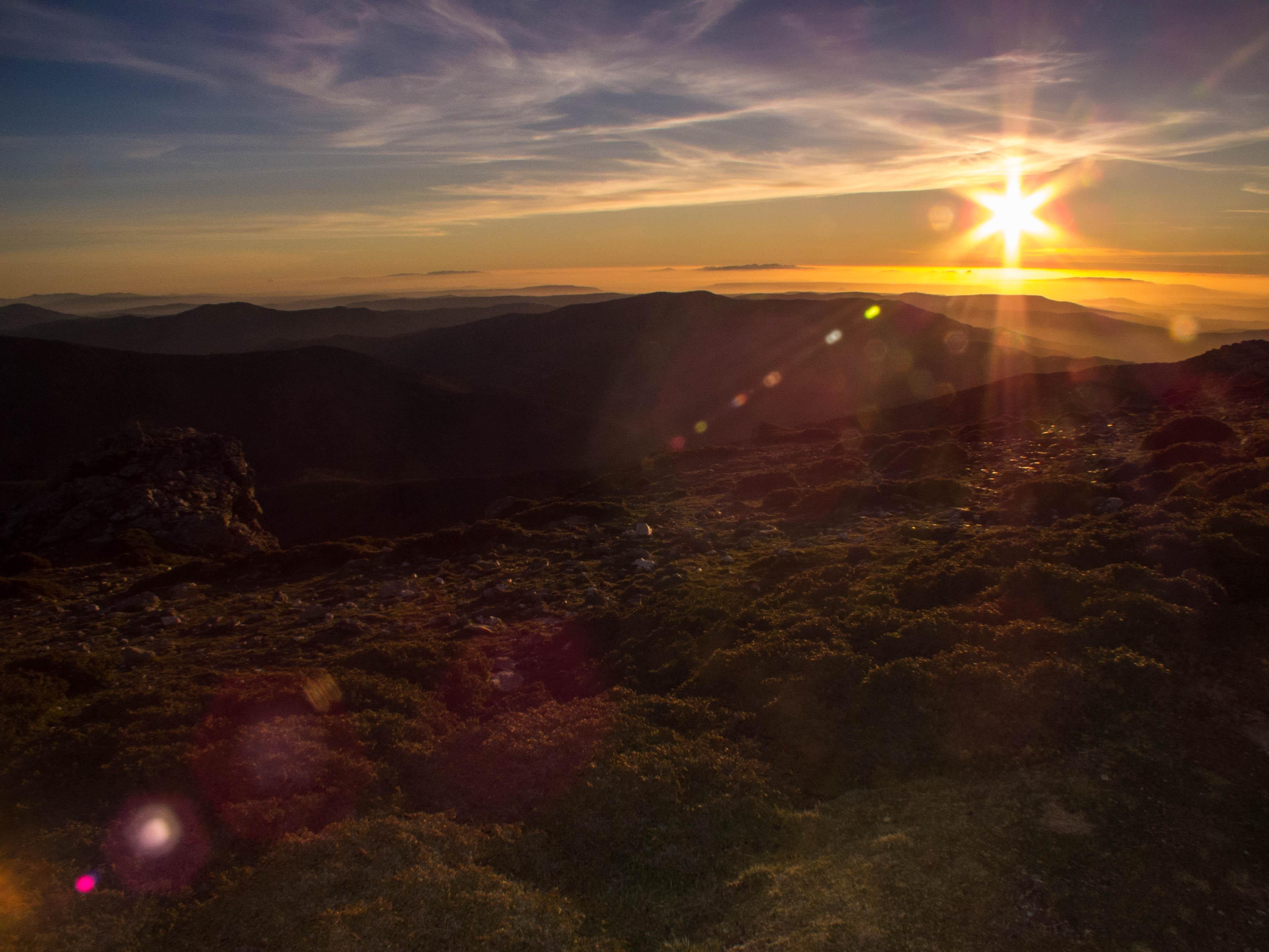 Quasi al tramonto, ecco le nebbie avvolgere valli e pianure in direzione Campidano.
