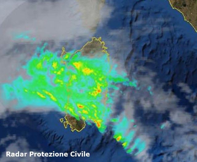 Radar Protezione Civile italiana. In verde le zone sotto la pioggia, in arancione e rosso quelle sotto piogge intensissime o grandine.
