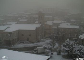 Nell'immagine la nevicata che sta interessando Ollolai. Fonte webcam Sardegnaclima