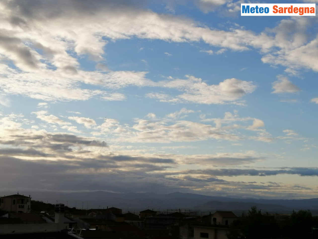 Cielo autunnale, a Ploaghe stamattina. Foto di Daniele Mereu.
